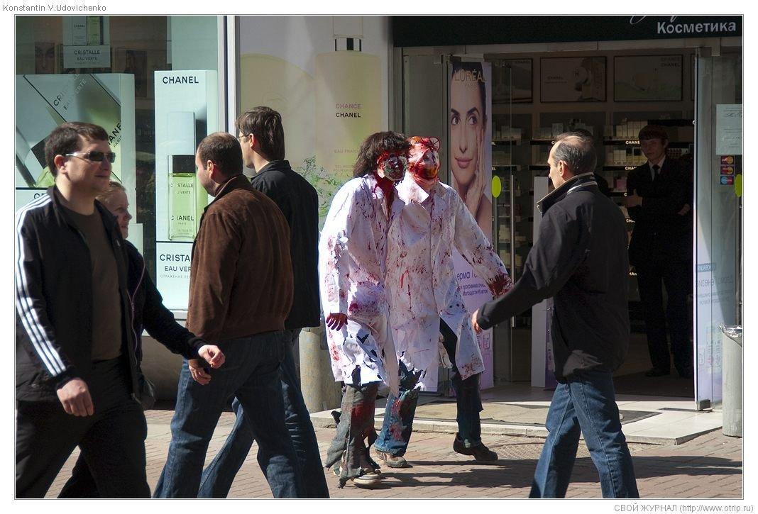 8255s_2.jpg - Москва, зомби-моб на Арбате (26.04.2009)