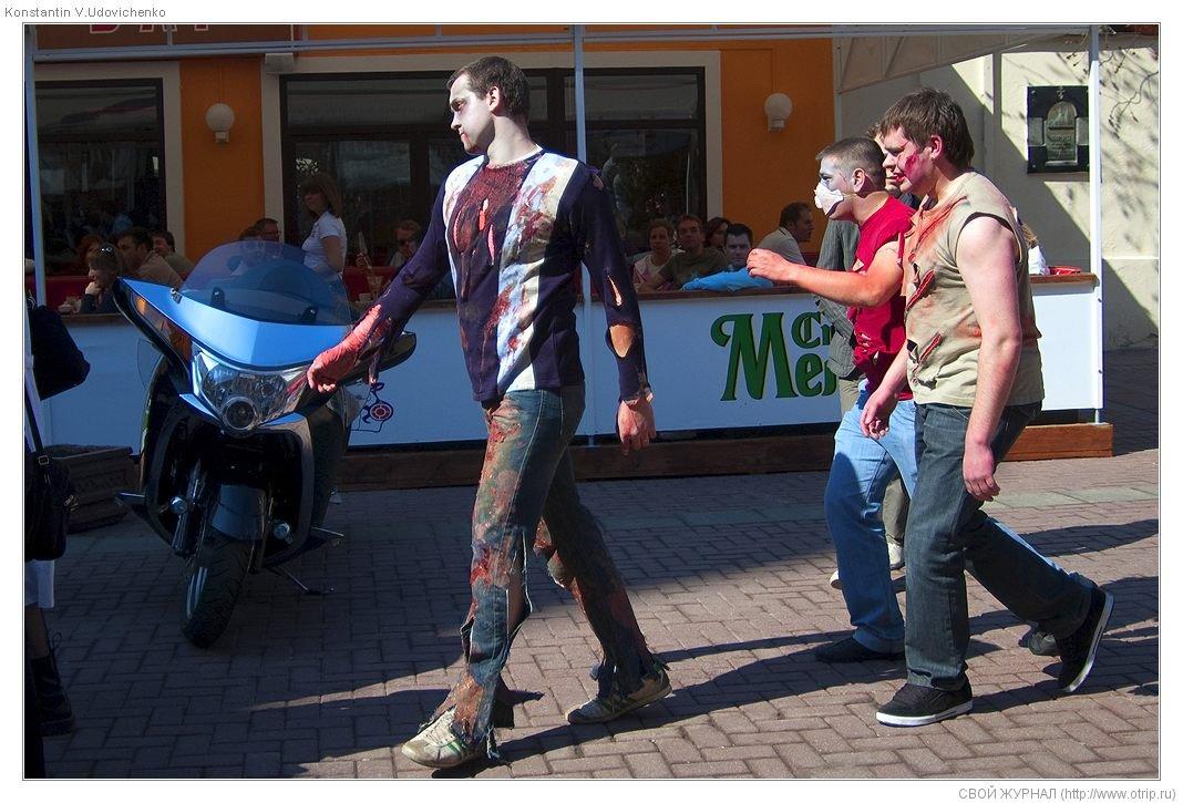 8310s_2.jpg - Москва, зомби-моб на Арбате (26.04.2009)