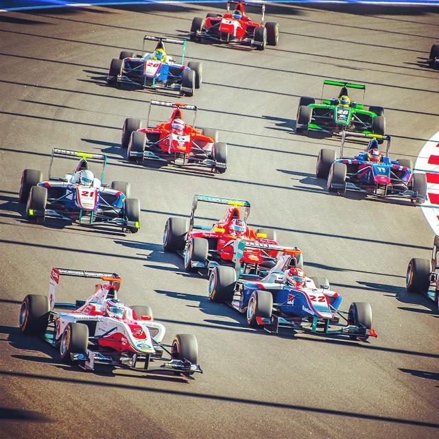 Сорвенования GP2. Первый круг после старта.