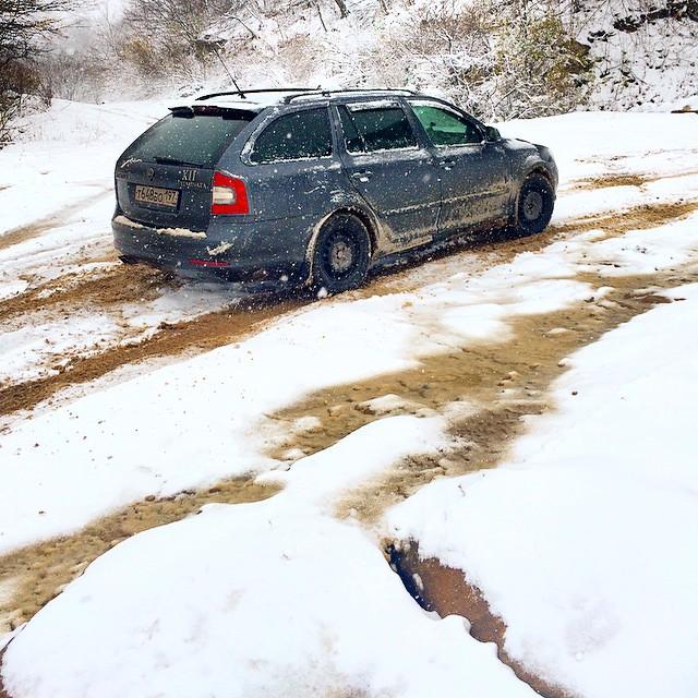 Почти замерзший ручей через дорогу