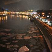 Внезапно потеплело. Вот вам фоточка на сон грядущий. #moscow #city #river #ice #winter #lights