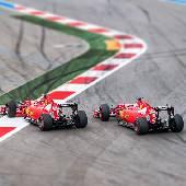 Две Феррари под окном рулили поздно вечерком... На самом деле есть кадр, где они впритирку друг к другу, но там матюгальник на столбе все закрывает. #f1sochi #f1sochi2015 #f1otrip #russiangp #f1 #formula1...