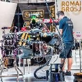 Боксы команды Lotus. Болид Романа Грожана. Они ещё не представляли, что будет с этой машиной. Впрочем, мы, зрители, тоже не знали и просто пырылись через ограждение. #f1sochi #f1sochi2015 #f1otrip...