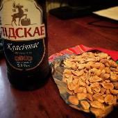 А спонсор вечернего настроения долбанная работа и пенное Лiдскае... ну ещё какие-то орешки и бутербродик с колбаской. #мирдолжензнатьчтояем